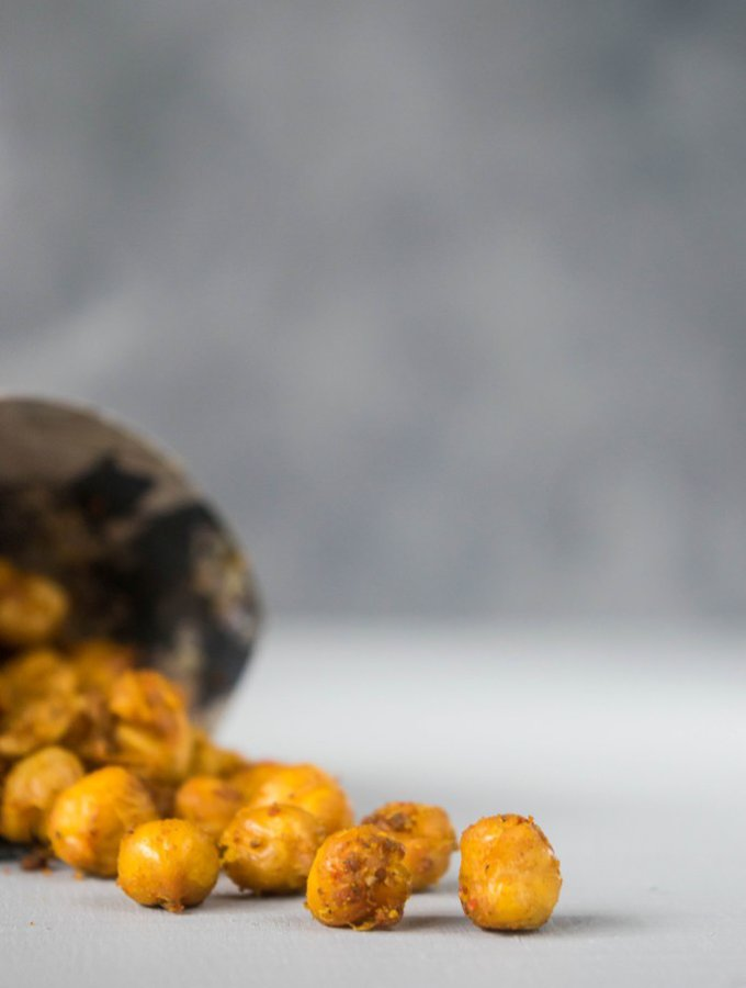 A healthy snack that is easy to make, spicy and crispy. These roasted chickpeas will quickly become a favorite in your home! | thelastcookie.ca