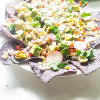 These Loaded Healthy Vegetarian Nachos pack in a punch with a lot of nutritious crunchy vegetables and a homemade cheese sauce. Light, amazingly delicious and just 30 minutes! |thelastcookie.ca