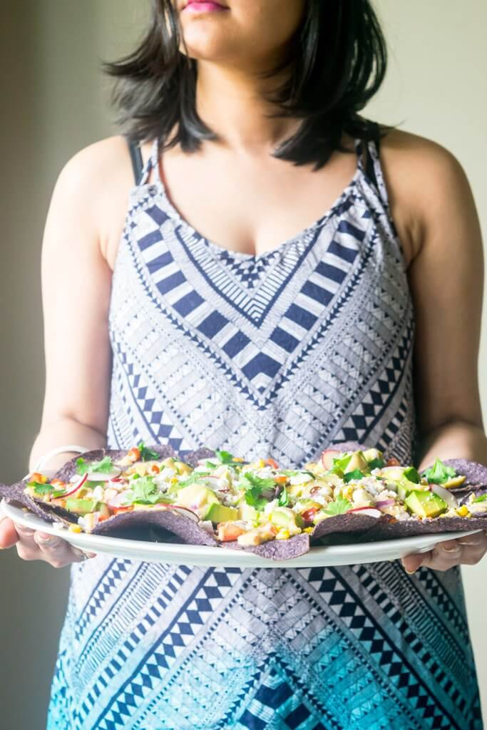 These Loaded Healthy Vegetarian Nachos pack in a punch with a lot of nutritious crunchy vegetables and a homemade cheese sauce. Light, amazingly delicious and just 30 minutes!  thelastcookie.ca