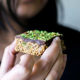 This vegan, gluten free Quinoa Bars recipe is rich in protein and healthy fats. They're easy to make and a delicious, wholesome snack! | thelastcookie.ca